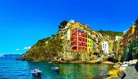 Riomaggiore miasteczko, przylądek i morze krajobraz, Cinque Terre, Liguria, zdjęcie royalty free