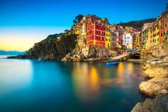 Riomaggiore miasteczko, przylądek i morze krajobraz przy zmierzchem, Cinque terre fotografia stock