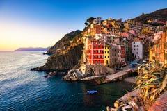 Riomaggiore miasteczko, przylądek i morze krajobraz przy zmierzchem, Cinque terre obraz royalty free