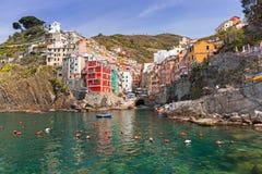Riomaggiore stad på kusten av det Ligurian havet Royaltyfri Fotografi
