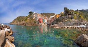 Riomaggiore stad på kusten av det Ligurian havet Royaltyfri Bild