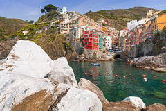 Riomaggiore stad på kusten av det Ligurian havet Arkivfoto
