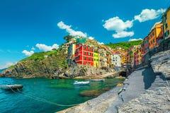 Riomaggiore touristic by, Cinque Terre, Liguria, Italien, Europa arkivbild