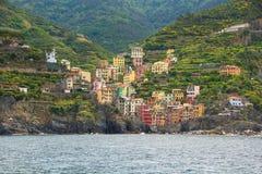 Riomaggiore, uma das cinco cidades pequenas no parque nacional de Cinque Terre Vista do navio da excursão imagens de stock