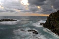 Riomaggiore, Wellen unter den Riffen Lizenzfreie Stockbilder