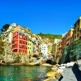 Riomaggiore wioska, skały i morze przy zmierzchem Cinque Terre, Ligu obraz stock