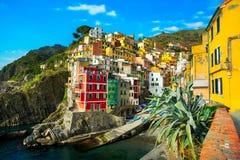 Riomaggiore wioska, skały i morze przy zmierzchem Cinque Terre, Ligu zdjęcie royalty free