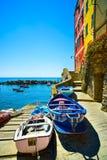 Riomaggiore wioski ulica, łodzie i morze. Cinque Terre, Ligury, zdjęcie stock