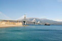 Rion-Antirion桥梁和渡轮 免版税库存图片