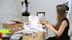 Riool die draad in naaimachinevoorbereiding zetten in atelier stock footage