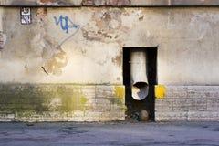 Rioolbuis in de muur Royalty-vrije Stock Afbeeldingen