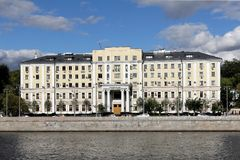Rios de Moscou da terraplenagem de Kotelnicheskaya em julho foto de stock royalty free