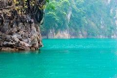 Rios e montanha bonitos, atrações naturais na represa de Ratchapapha Fotografia de Stock Royalty Free