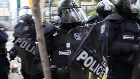 Riot офицеры в тяжелом крупном плане шестерни - HD 1080p видеоматериал