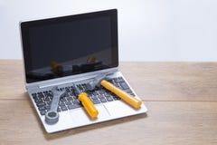 Riparando e mantenendo un computer portatile Fotografia Stock