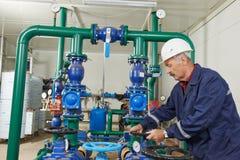 Riparatore dell'ingegnere del riscaldamento nel locale caldaie Immagine Stock
