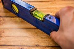 Riparatore disponibile del livello blu della costruzione del fondo Fotografia Stock