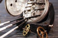 Riparazione antica dell'orologio Fotografie Stock