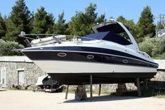 Riparazione attendente dell'yacht Fotografie Stock Libere da Diritti