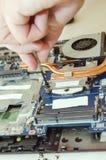 Riparazione del computer portatile, primo piano delle mani con un cacciavite fotografia stock libera da diritti