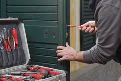 Riparazione del fabbro la serratura di porta fotografia stock libera da diritti