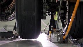 Riparazione del freno degli aerei Chiuda su della ruota e dell'asse dell'aeroplano Pneumatico enorme dell'aeroplano con l'asse ed Fotografia Stock