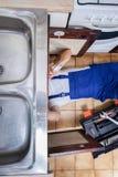 Riparazione del lavandino nella cucina Immagini Stock Libere da Diritti