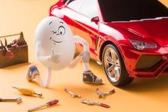 Riparazione del meccanico dell'uovo l'automobile Immagini Stock Libere da Diritti