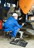 Riparazione del meccanico il camion Fotografia Stock Libera da Diritti