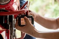 Riparazione del meccanico del motociclo immagini stock
