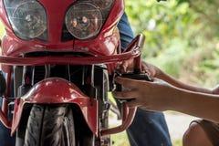 Riparazione del meccanico del motociclo fotografia stock
