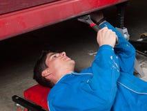 Riparazione del meccanico un'automobile Fotografia Stock