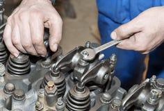Riparazione del motore Lo strumento in mani Fotografie Stock Libere da Diritti