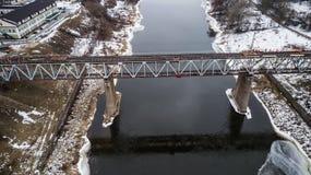 Riparazione del ponte ferroviario attraverso il fiume Fotografia aerea con il fuco immagini stock libere da diritti