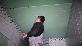 Riparazione del soffitto del gesso con il cacciavite video d archivio