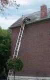Riparazione del tetto di ardesia Fotografie Stock