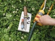 Riparazione del tubo flessibile di giardino Fotografia Stock