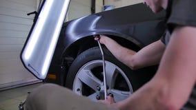Riparazione dell'ammaccatura di Paintless Riparazione dell'automobile ad un distributore di benzina Allineamento delle ammaccatur video d archivio