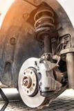 Riparazione dell'ammortizzatore dell'automobile, un liquido d'attenuazione perso fotografia stock libera da diritti