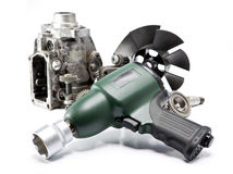 Riparazione dell'automobile - dettagli della pompa di alta pressione, chiave pneumatica dell'aria Immagini Stock