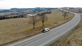 Riparazione dell'automobile di vista aerea sulla strada nelle montagne L'autista ha aperto il cappuccio dell'automobile archivi video