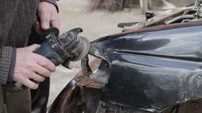 Riparazione dell'automobile dopo l'arresto stock footage