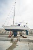 Riparazione dell'yacht di navigazione sul nuovo pilastro Sarafovo in Bourgas, Bulgaria Fotografie Stock