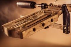 Riparazione della chitarra Immagine Stock