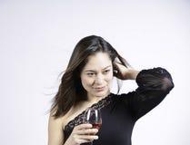 Riparazione della donna i suoi capelli Immagini Stock