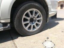 Riparazione della gomma di automobile piana con il corredo di riparazione Fotografia Stock Libera da Diritti