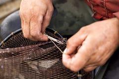 Riparazione della rete da pesca Fotografie Stock Libere da Diritti
