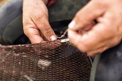 Riparazione della rete da pesca Fotografia Stock