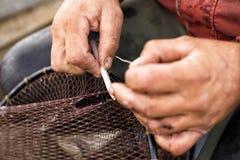 Riparazione della rete da pesca Fotografie Stock