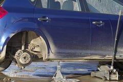 Riparazione della rotella di automobile della strada Immagine Stock